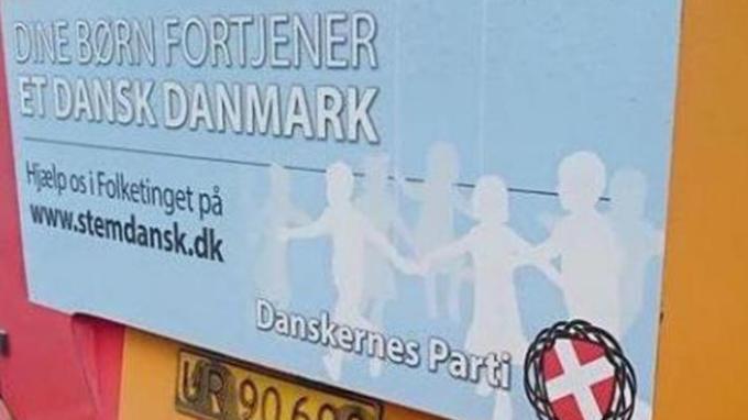 Στην πινακίδα αναφέρεται: «Τα παιδιά σου δικαιούνται μια δανέζικη Δανία. Βοήθησέ μας να μπούμε στη Βουλή»