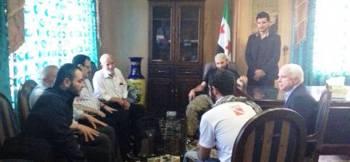 Συρία, Μάης του 2013. Ο Ρεπουμπλικάνος γερουσιαστής των ΗΠΑ Τζ. Μακέιν (δεξιά) συναντιέται με τη συριακή αντιπολίτευση. Ο μετέπειτα ηγέτης του «Ισλαμικού Κράτους», Χαλίφης Αμπού Αλ Μπαγκντάντι (πρώτος από αριστερά)